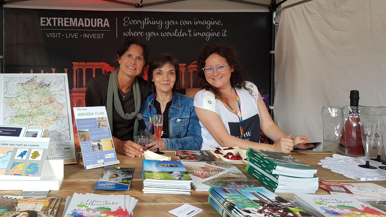 Het toerismebereau en Tierragua samen in een stand met uitgebreide informatie over vakantie in Extremadura Spanje