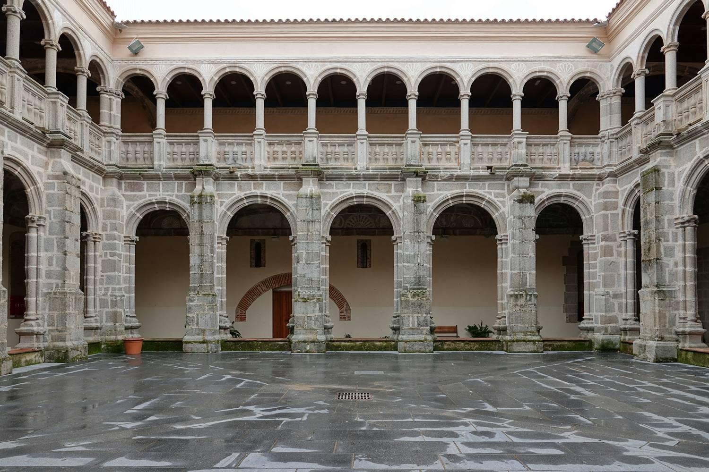 De Zilverroute op de fiets komt langs Calera de León met het klooster en de kloosterkerk