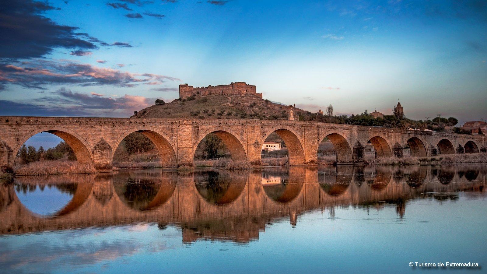 Een brug maakt verbinding, net zoals lokale gidsen dat doen met de natuur, cultuur en mensen in Extremadura