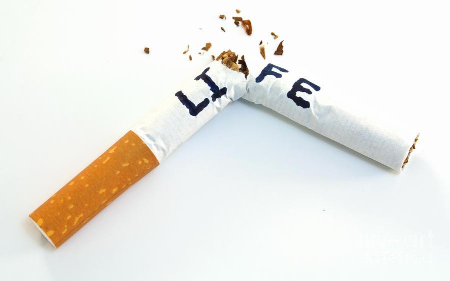 Tupakointi väheneevuosi vuodelta