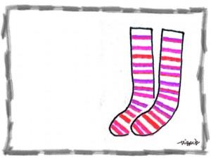 ピンクのシマシマの靴下とモノトーンの鉛筆のラインの囲み枠のフリー素材:640×480pix