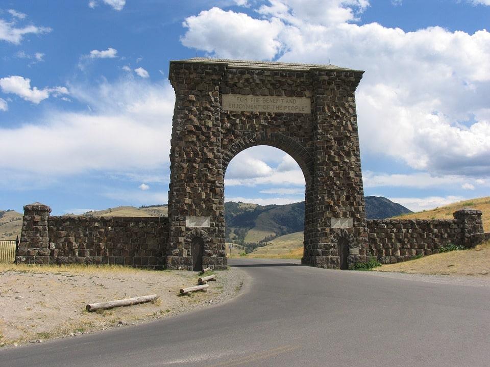 Yellowstone Itinerary 4 days roosevelt arch