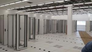 Nas salas técnicas, ar refrigerado passará por chaminés dentro dos racks, sem necessidade de se esfriar a sala toda