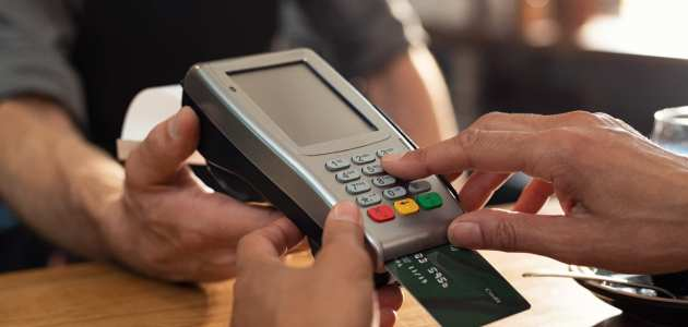 الفرق بين استخدام بطاقة الائتمان والنقد