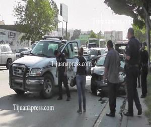 patrulla choca con varios carros