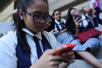 Compañías tecnológicas y de redes sociales lucran a costa de información errónea y discriminación, afirma experta