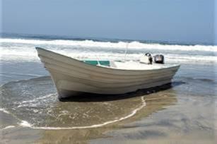 Panga con migrantes toca tierra cerca de playa nudista