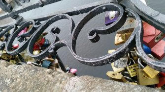 Slotjes op de Karelsbrug in Praag (2)