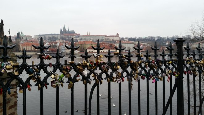 Slotjes op de Karelsbrug in Praag (4)