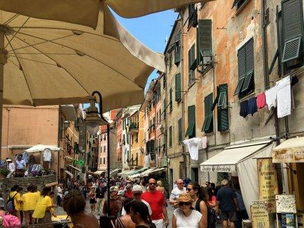 Drukke straat van Vernazza