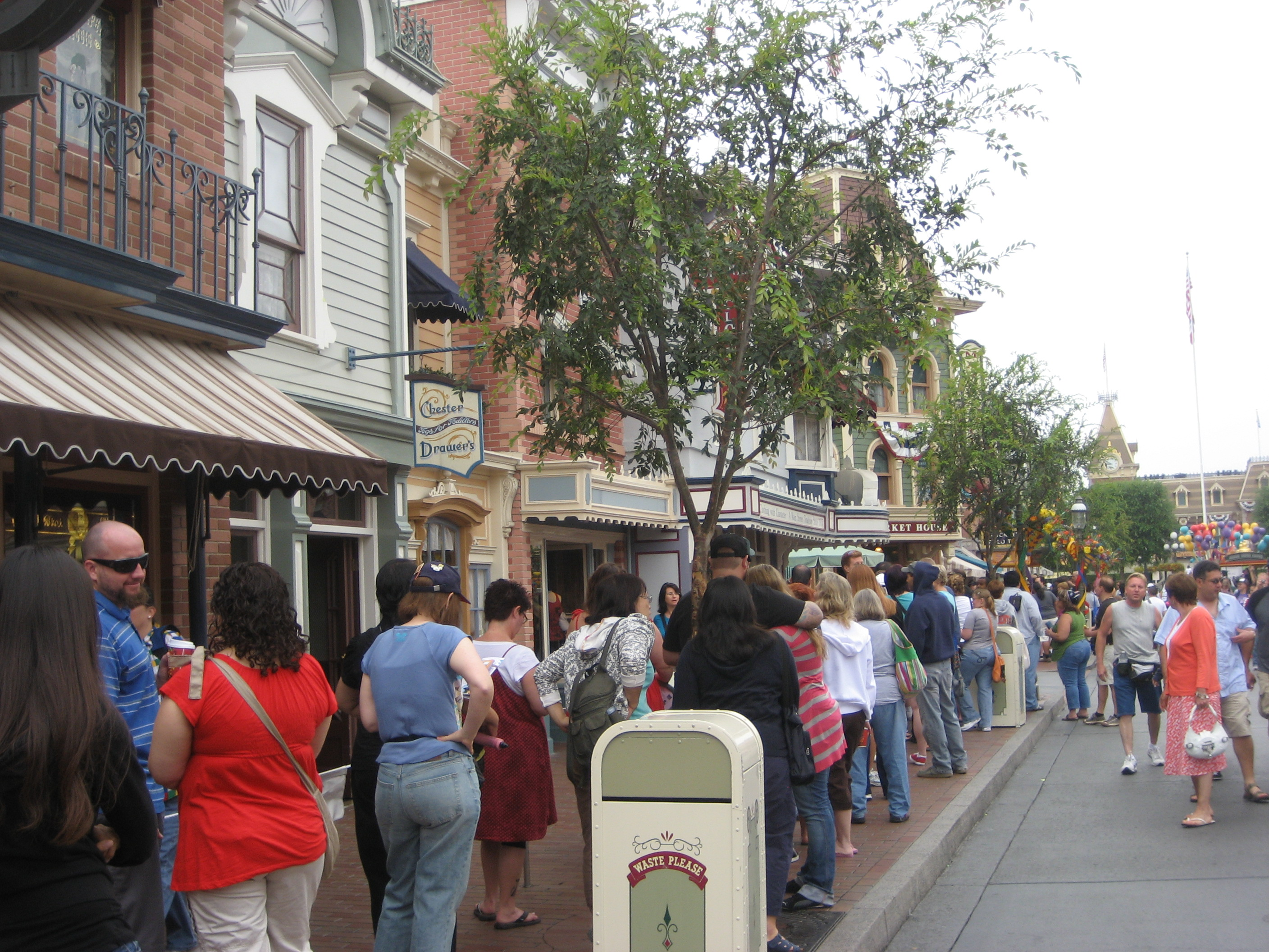 Lining up outside the Disneyana store
