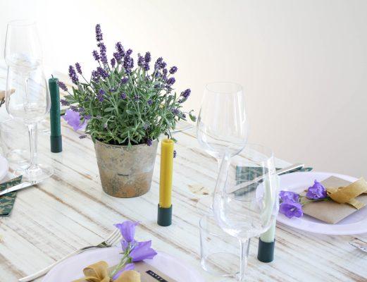 Tisch-Deko mit Lavendel: Lavendel in grün-goldenem Übertopf