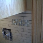 Accent detail in Porcelain and Glass Backsplash
