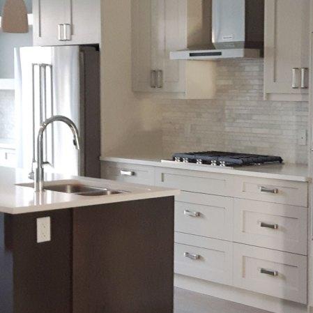 Bianco Cobalt Random Strip Marble Mosaic installed in a kitchen