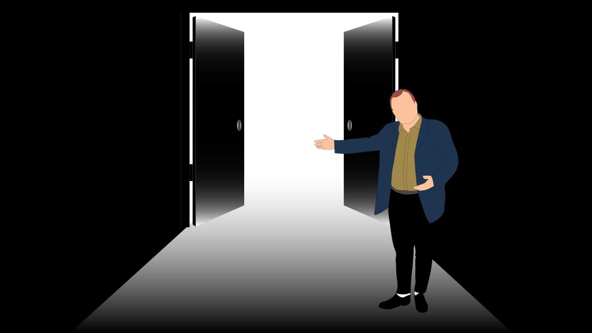 Mann ønsker velkommen til åpen dør