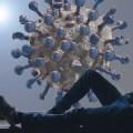 Ung mann i vinduskarmen ser ut på et koronavirus