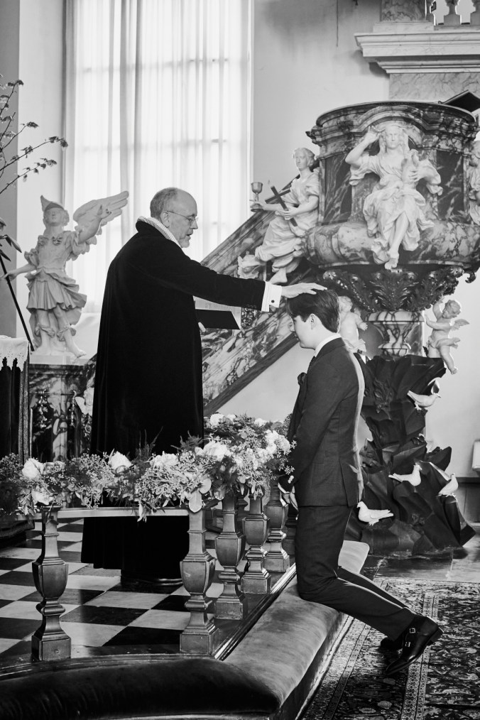 Kuningasperheen pappi konfirmoi prinssi Christianin