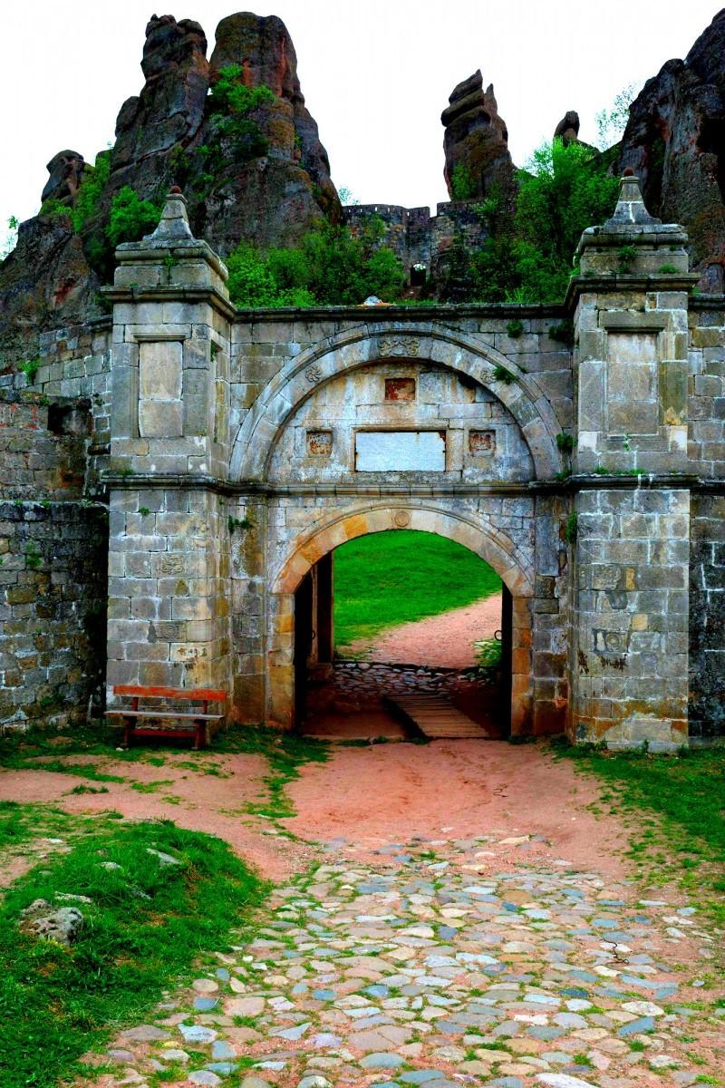 Входът на Белогардчишката крепост и прекрасните скали зад нея