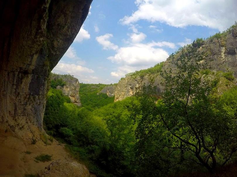 Гледка към Карлуковския пролом, част от който е и пещера Проходна