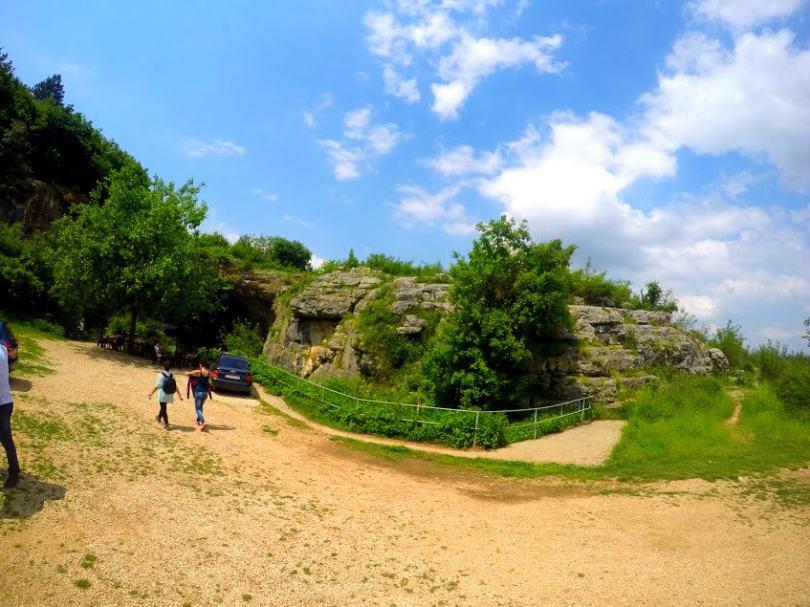 Паркинг пред входа на Пещера Проходна е с височина 45 м.