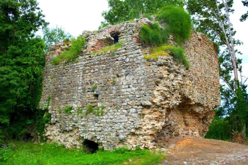 Крепостта Перитор, където е намерил смъртта си Момчил войвода.