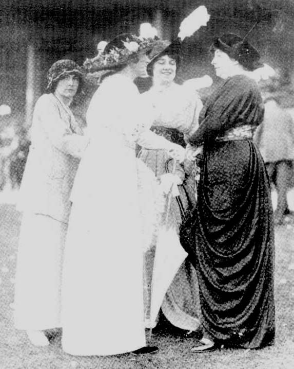 ranwick racecourse women chatting 1914
