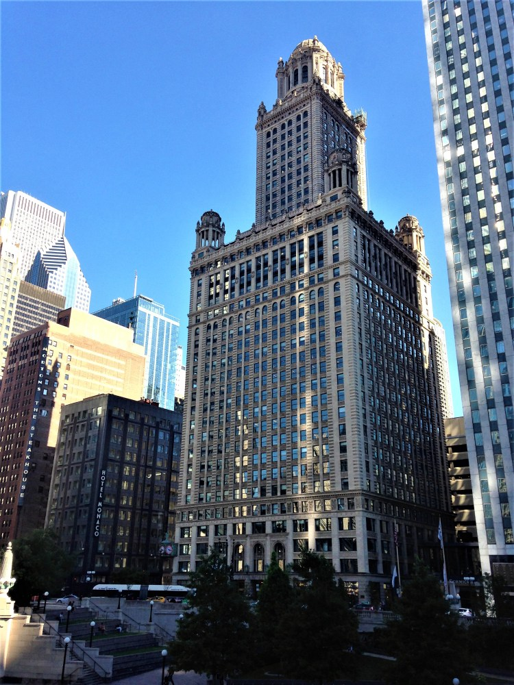 Chicago Riverwalk: Be spoilt with skyscrapers, architectural designs and the many restaurants here during a Riverwalk