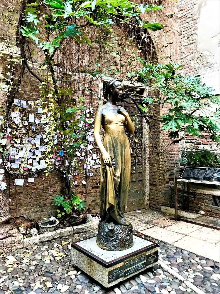 Juliet's Statue in the courtyard.2