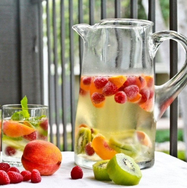 Kiwi, Raspberries, and Peach. Detox water for weight loss and clear skin. Detox water recipes. Drink these detox water for clear skin and burn fat.