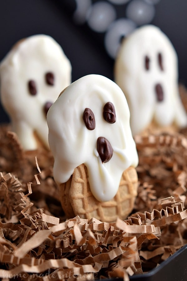 Halloween ghost cookies ideas for kids. Nut butter ghost for Halloween treat. Find 22 best and delicious dessert ideas for Halloween party. Halloween tricks and treats party. Easy Halloween recipes ideas for adults. Halloween treat ideas for school. Halloween dessert ideas for adults. Halloween party food list.