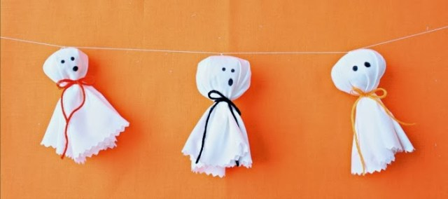 Beautiful and cute Halloween ghost garland ideas for decoration. 12 creative Halloween crafts decorating ideas. Best indoor crafts decorating ideas. Easy Halloween party decoration ideas. Easy DIY Halloween decoration. DIY Creepy Halloween craft ideas. Homemade Halloween crafts for decoration. Halloween ghost craft for preschoolers. Halloween ghost garland for outdoor decoration.