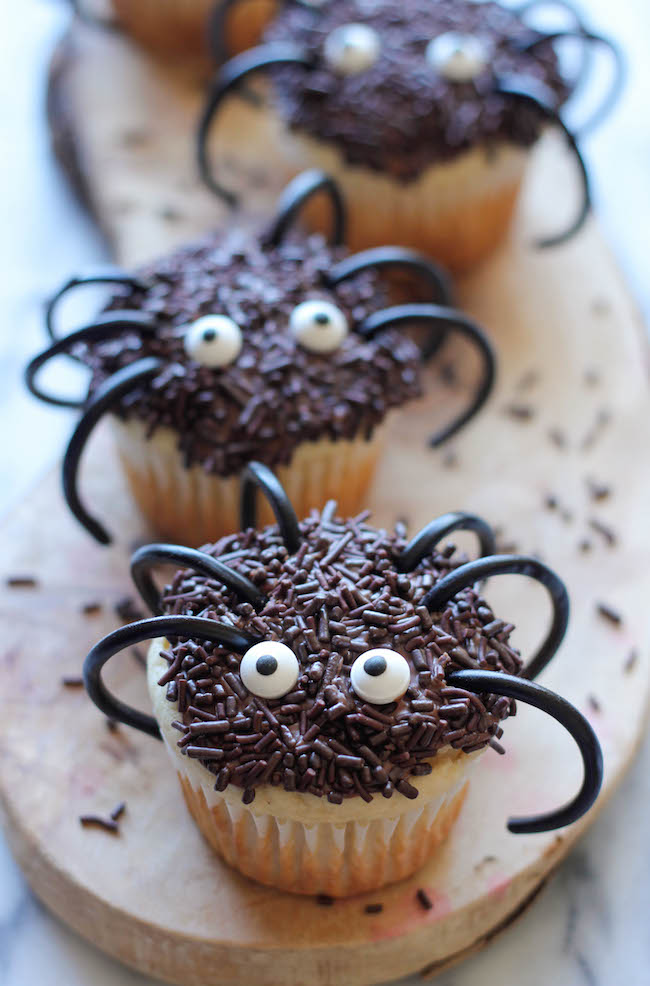 These easy spider cupcakes are a must this Halloween, and such a fun way to get the kids in the kitchen! Amazing Halloween Cupcake Recipes Ideas.