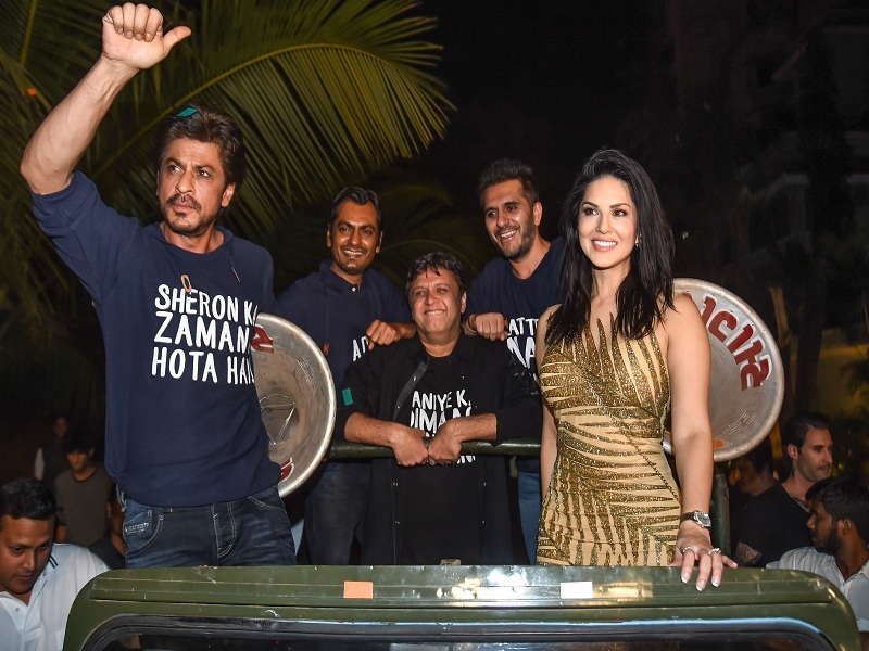 shah rukh khan celebrated successful film raees party