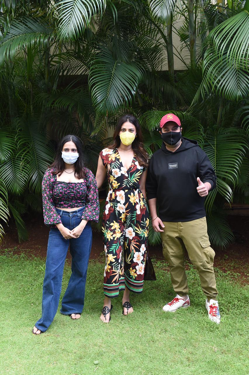 Varun Sharma, Anushka Ranjan and Akansha Ranjan get papped at a vaccination centre in Mumbai | Hindi Movie News – Bollywood – Times of India