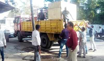 A roadside cart being hauled off from Racecourse circle