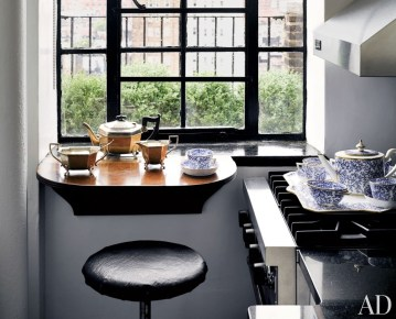 Maximising countertop space by placing a tray on the stove