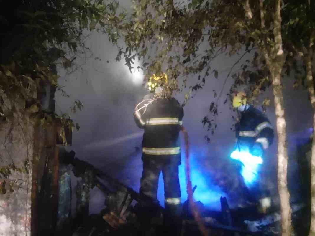 idosa morre queimada durante incêndio - bombeiros fazem buscas