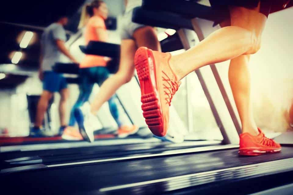 prática da atividade e exercício físico - corrida na esteira