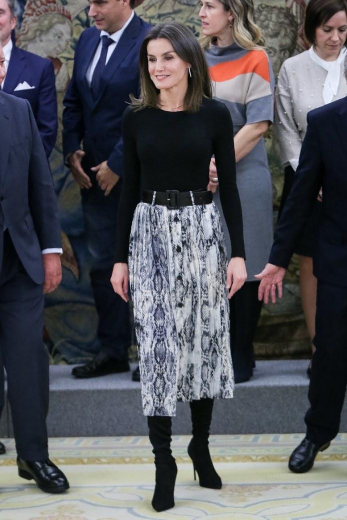 La Reina Letizia en Ifema con una falda de 20 euros