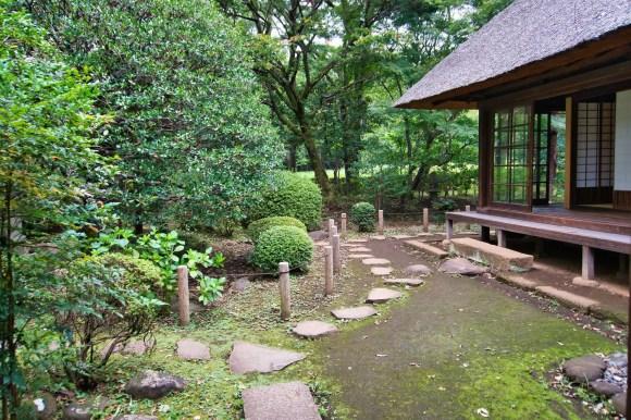 Garten vor einem japanischem Haus.