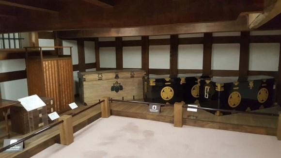 Alte, traditionelle japanische Truhen in der Mitsui Residenz.