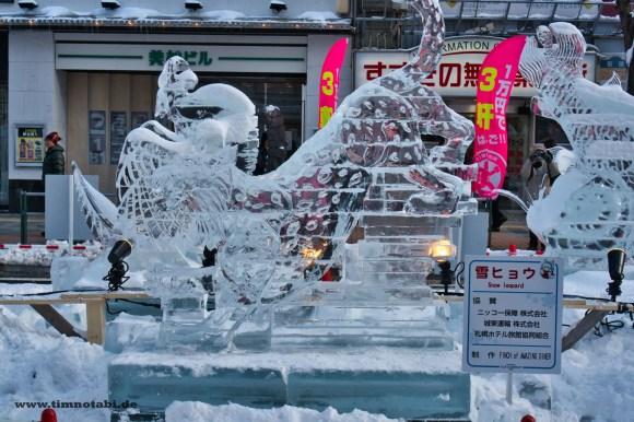 Bild einer Schneeleoparden Eisskultpur in Sapporo