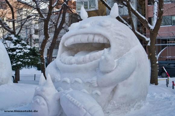 Bild einer Totoro-Schneeskulptur beim Yuki Matsuri