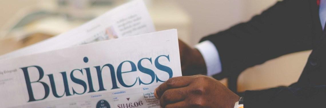 Mann liest Wirtschaftsnachrichten