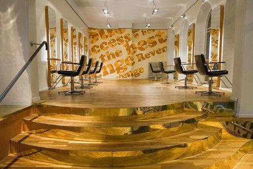 Tim's Haircut i Helsingborg interiör med guldtrappa och frisörstolar