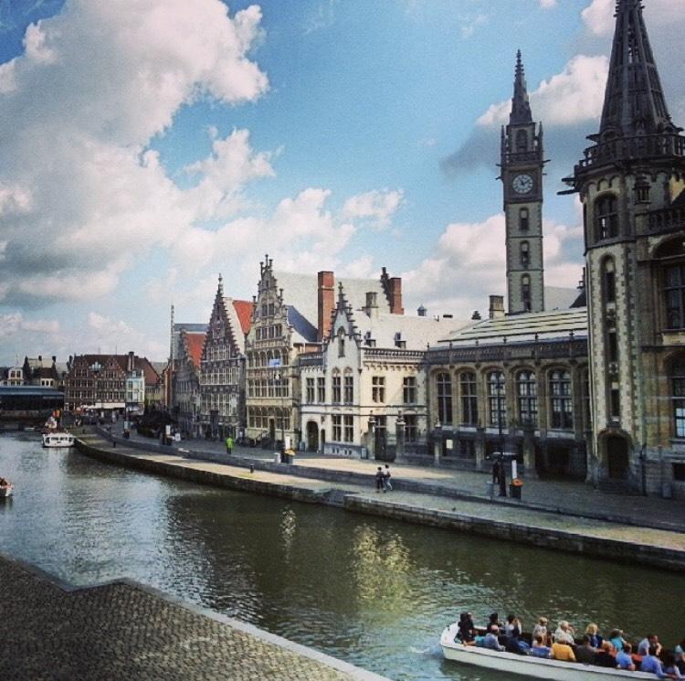 Bootje varen door de binnenstad van Gent op rivier de Leien