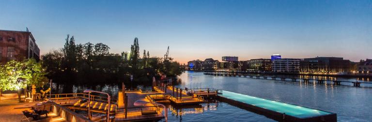 Badeschif Oost-Berlijn berlijn buitenruimte openbaar chill