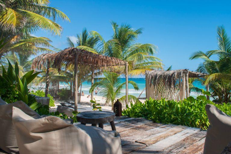 Welke beachclubs moet je bezoeken in hotspot Tulum ? Nômade Bezoek een beachclub Must do: bezoek een beachclub!