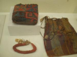 Chuspa et collier précolombiens présentés au musée d'Iquique, visiblement grand teint