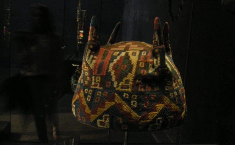 Bonnet à quatre pointe, vu au Museo Precolombino de Santiago de Chile, visiblement grand teint